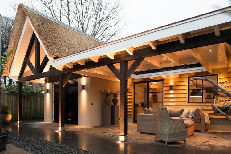 Garage Met Veranda : Rietgedekte schuur met buitenverblijf met stalen deuren en open