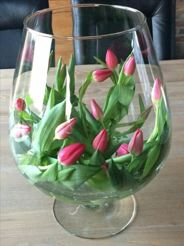 Tulpen Op Vaas.Tulpen Liggend In Grote Vaas Foto Geplaatst Door Lily