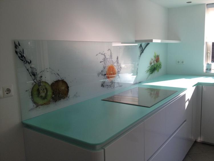 Strakke keuken met keukenachterwand premiumglas van visualls. leuk ...