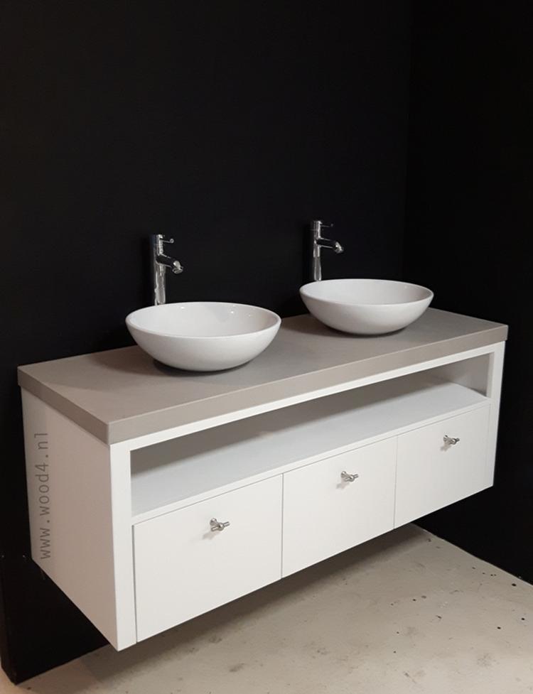 Een mooie ingetogen match van wit hout met een keramisch betonlook ...