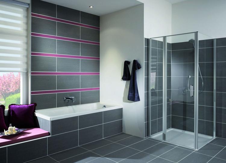 Moderne badkamer met ligbad en Duscholux douche. De tegels op de ...