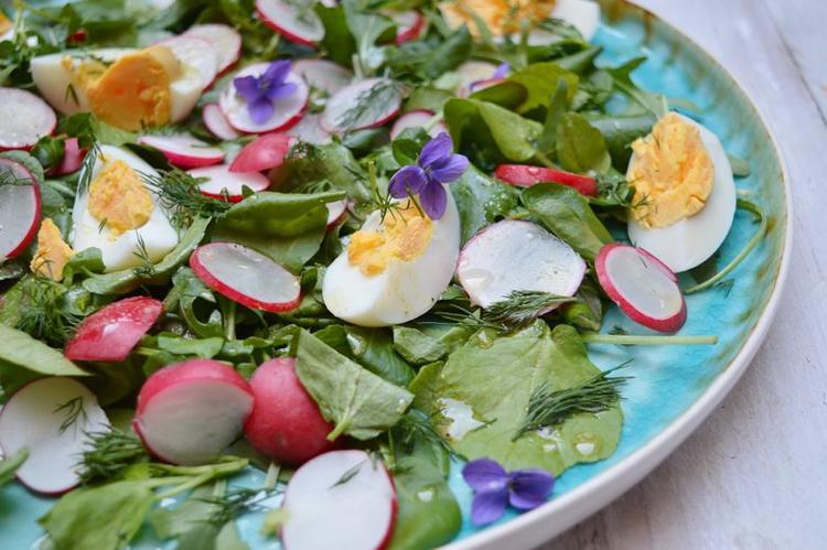 Voorjaarsalade hup de tuin in voor een handje maartse viooltjes