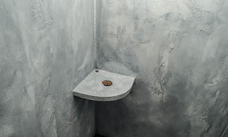 Dit is een woonbeton badkamer muur gemaakt met microcement en marmer ...