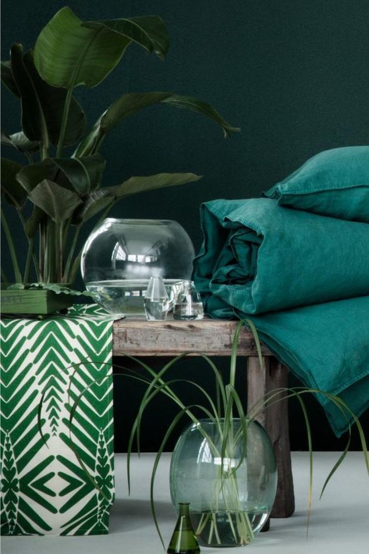combineer petrol en smaragdroen met planten voor een luxe en tropische sfeer in de slaapkamer
