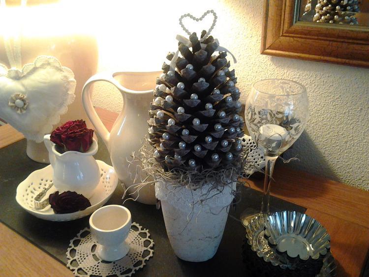 Leuke decoratie gemaakt voor de kerst dennenappel boompje met