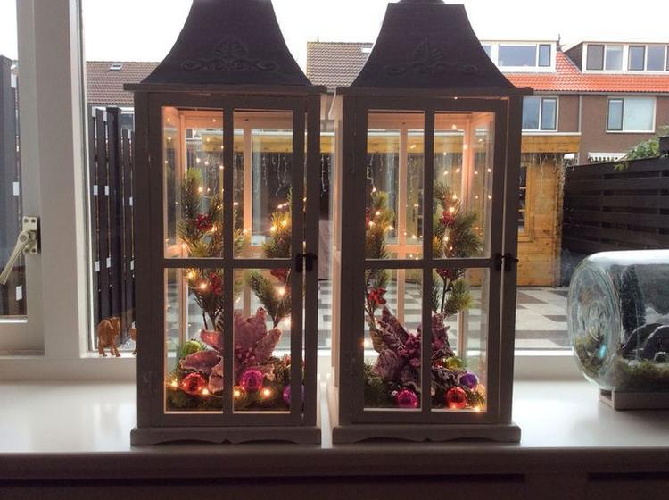 lantaarn op pimpen met kerst decoratie nodig lantaarn mini kerstballetjes dennenappels