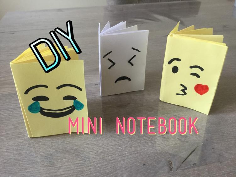 Super KNUTSEL een leuke Emoji mini noteboek, met maar 1 vel papier en  XA37