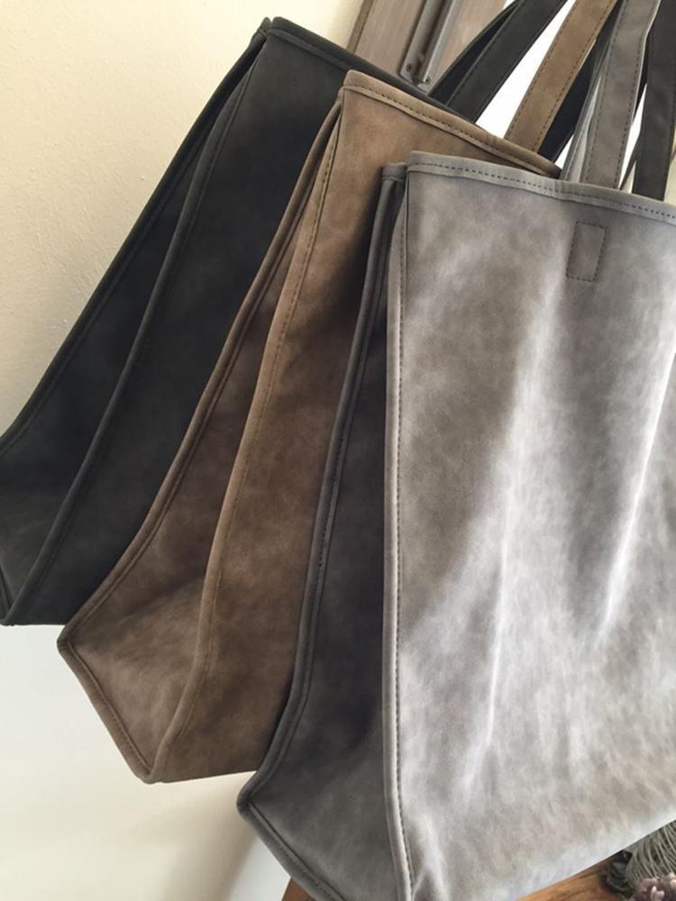 0c6a9ca2643 Heerlijke soepele grote shopper verkrijgbaar in de kleuren Zwart - taupe -  grijs Materiaal pvc kunstleder