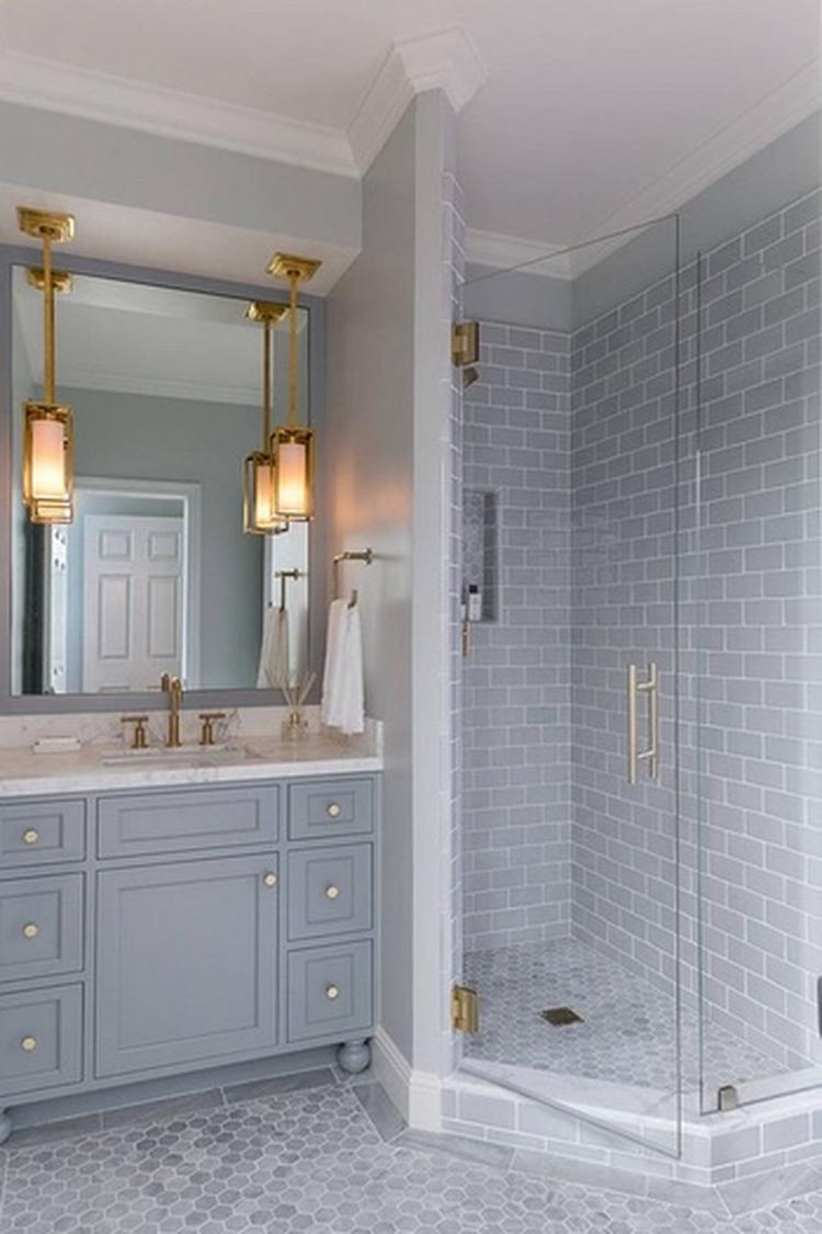 Benieuwd naar andere badkamer trends van 2018 naast gouden accenten ...