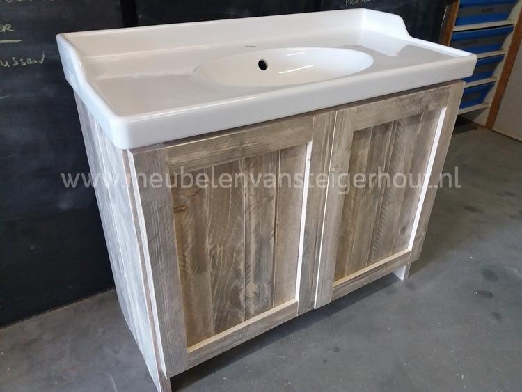 Wastafelmeubel van steigerhout gemaakt door meubelen van