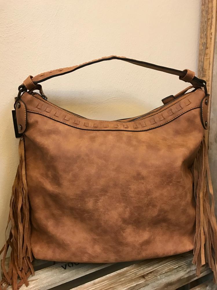 a6f84c584f0 Soepele franje tas met schouderband De tas heeft verschillende binnenvakjes  Kleur camel 30 x 40 cm