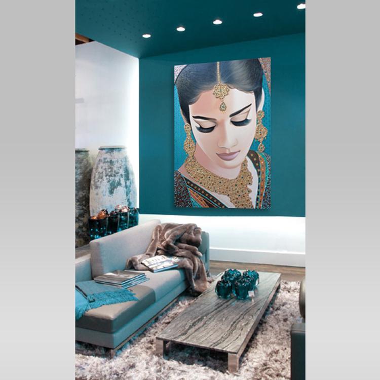 dit prachtige portret van een indiase bruid past precies in dit warme interieur met turquoise muren