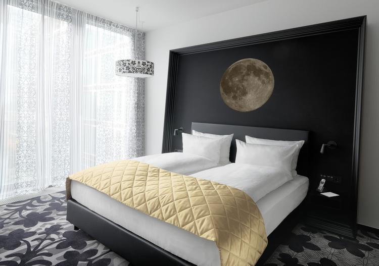 slaapkamer in wit en zwart ontworpen door marcel wanders mooie combinatie van kleuren marcel
