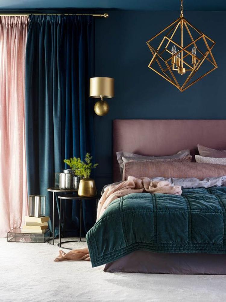 Slaapkamer in de kleuren roze, donkerblauw en messing //. Foto ...