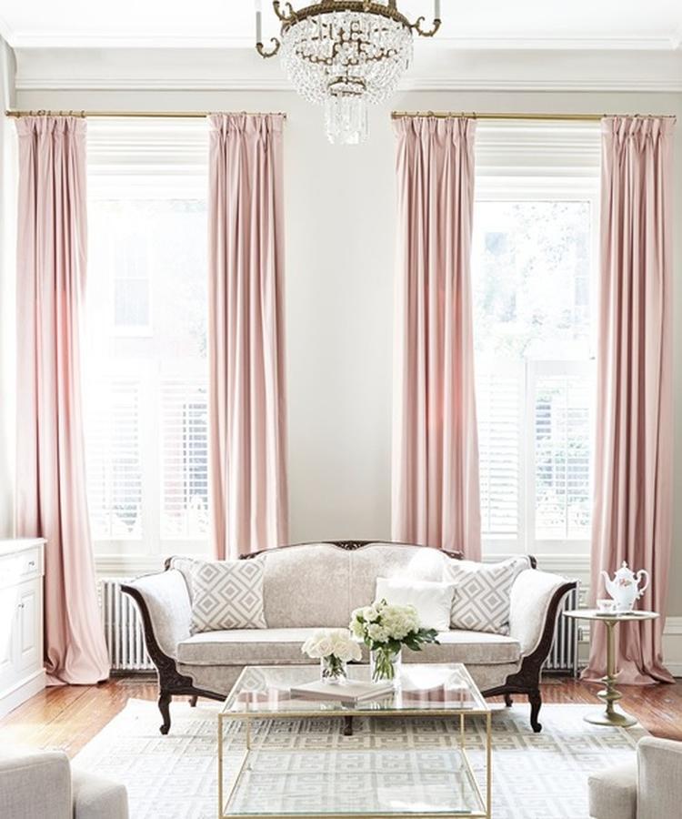 Woonkamer met roze gordijnen en messing roedes // bron: Houzz. Foto ...