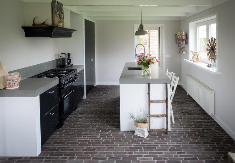 Stoere Keuken Grey : In deze stoere landelijk moderne keuken ligt een vloer van klinkers
