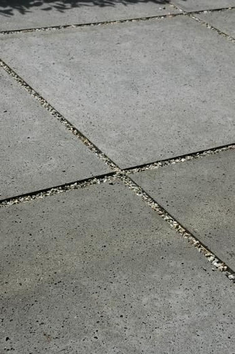 Terrastegels Op Beton.Grind Tussen Beton Tegels Foto Geplaatst Door Ierus Op Welke Nl