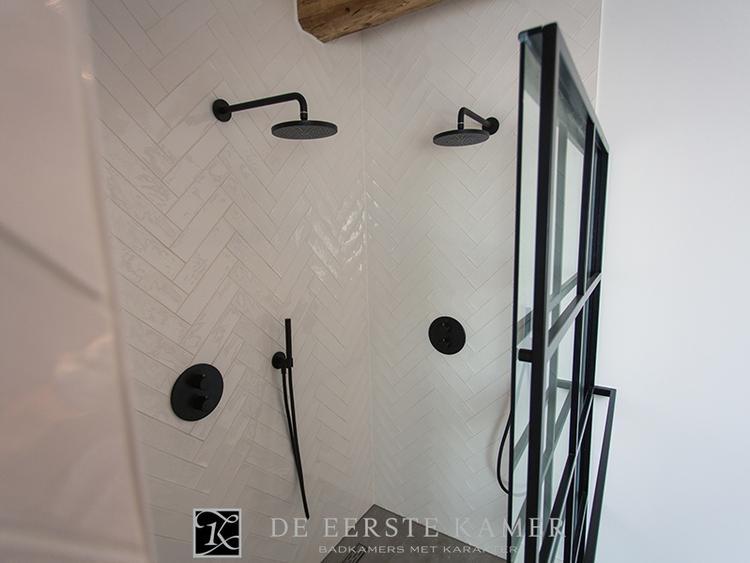 Badkamertegels Met Motief : De eerste kamer mooi een visgraat motief op de wand met tegels
