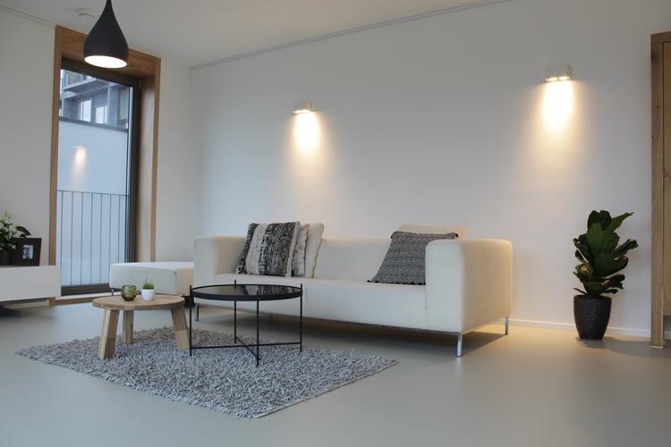 Kunststof gietvloer in moderne woonkamer foto geplaatst door