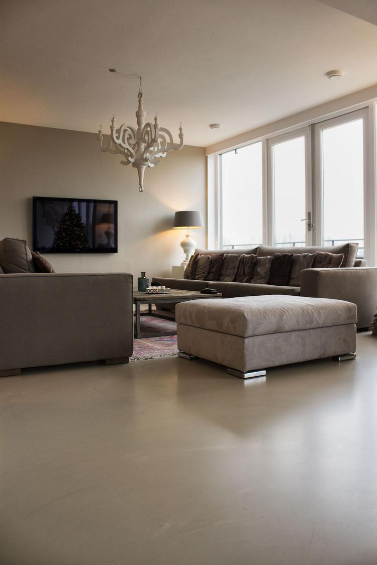 Zandkleurige gietvloer in woonkamer. Foto geplaatst door Motionvloer ...