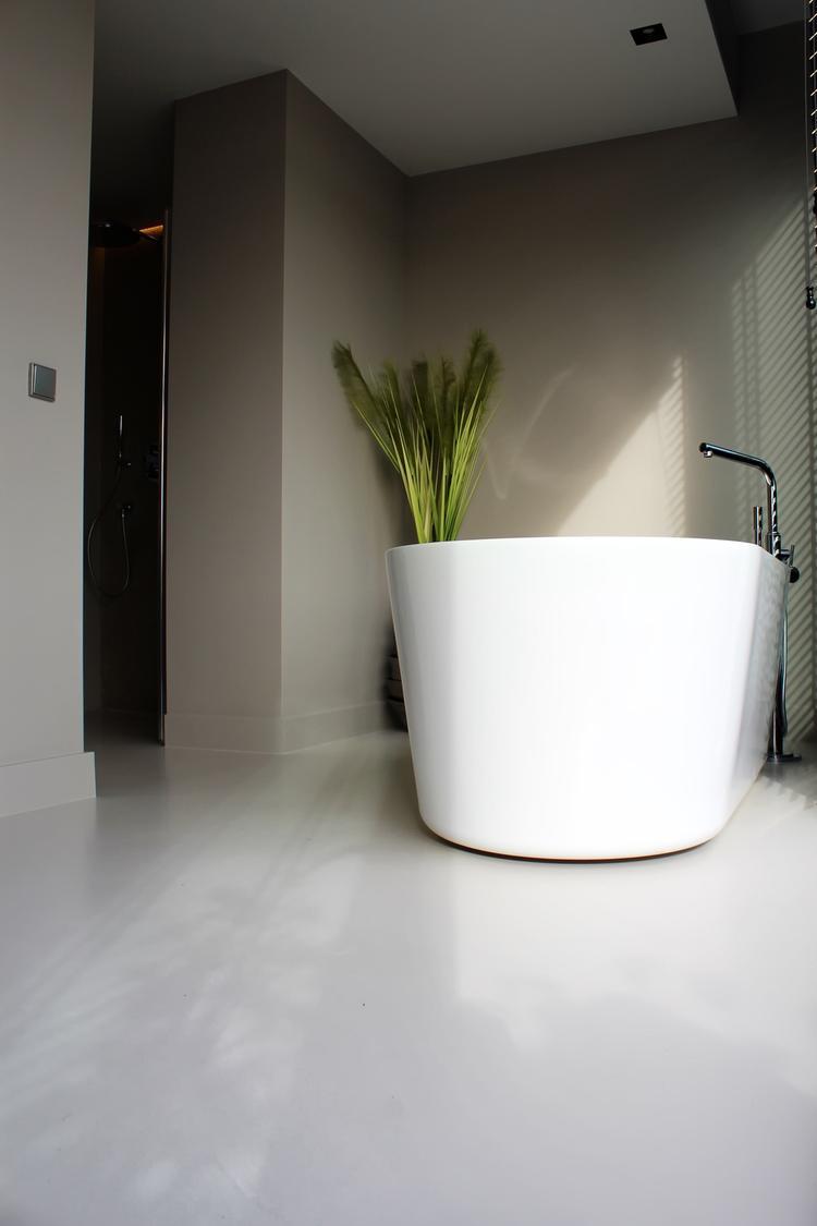 Gietvloer in minimalistische badkamer. Foto geplaatst door ...