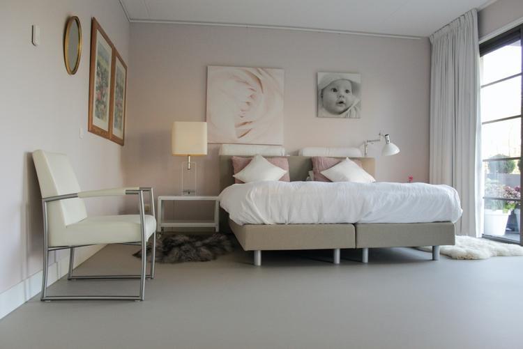 Gietvloer Op Slaapkamer : Zandkleurige kunststof gietvloer in slaapkamer. foto geplaatst door