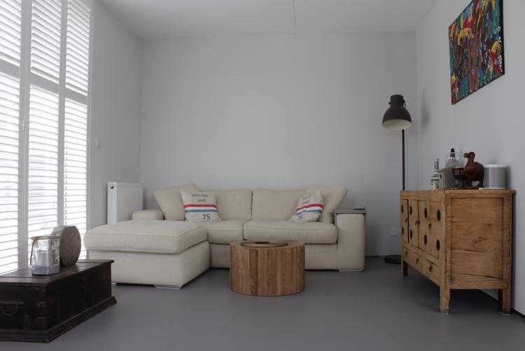 Gietvloer In Woonkamer : Grijze kunststof gietvloer in woonkamer foto geplaatst door