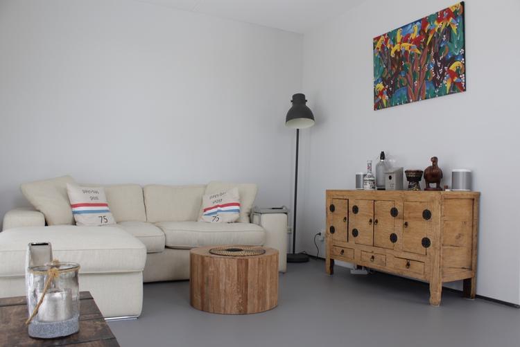 Gietvloer In Woonkamer : Grijze gietvloer in woonkamer foto geplaatst door motionvloer bv