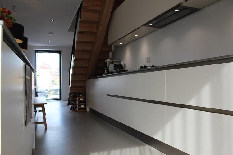 Grijze Moderne Keuken : Grijze gietvloer in moderne keuken. foto geplaatst door motionvloer