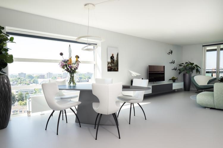 Gietvloer in stijlvol ingerichte moderne eetkamer foto geplaatst