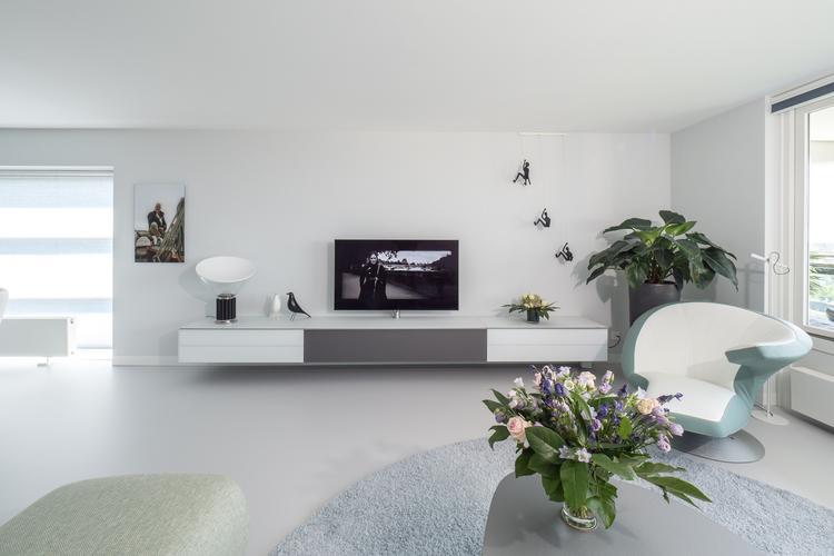 Strakke naadloze gietvloer in stijlvolle modern ingerichte woning