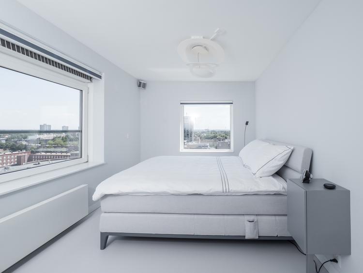 Lichtgrijze gietvloer in moderne slaapkamer foto geplaatst door