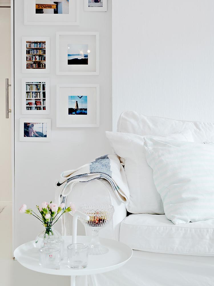 Witte woonkamer met opvallend gekleurde foto\'s. . Foto geplaatst ...
