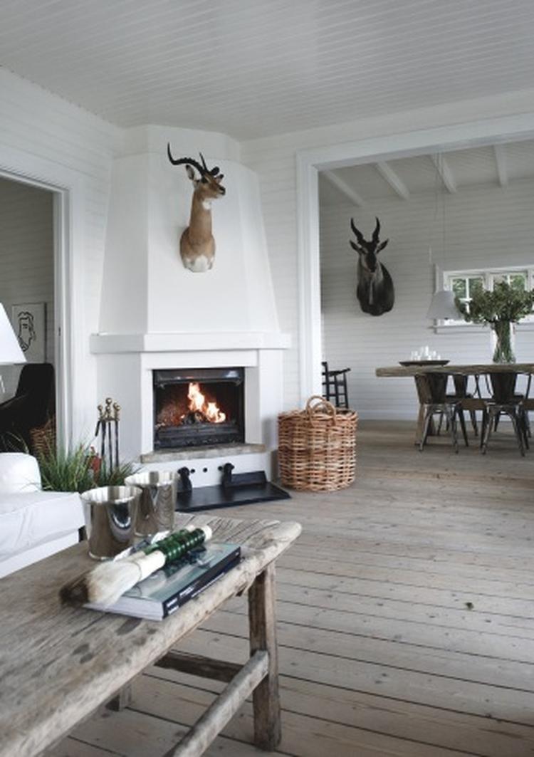Prachtige Scandinavische woonkamer met open haard. . Foto ...