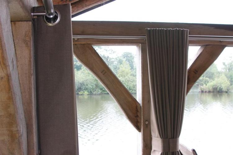 Buiten gordijn in een houten huisje. Foto geplaatst door ...