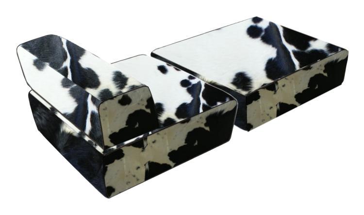 lounge fauteuil met grote poef in zwart-wit koeienhuid Mooi object ...