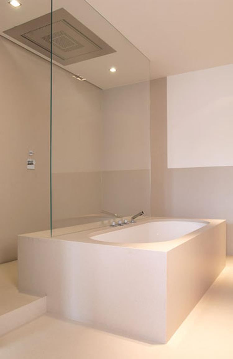 mooie kleurstelling en speciale indeling met douche achter bad
