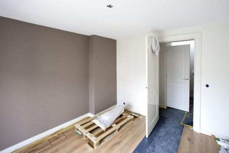 bruine muur in woonkamer. Foto geplaatst door saalk op Welke.nl