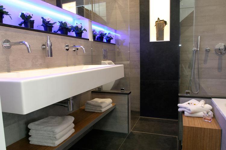 Inloopdouche Met Wasmeubel : Extra brede wastafel in badkamer met inloopdouche. deze badkamer