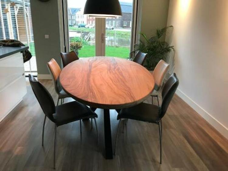 Industriele ovale robuuste houten tafel met een mooie