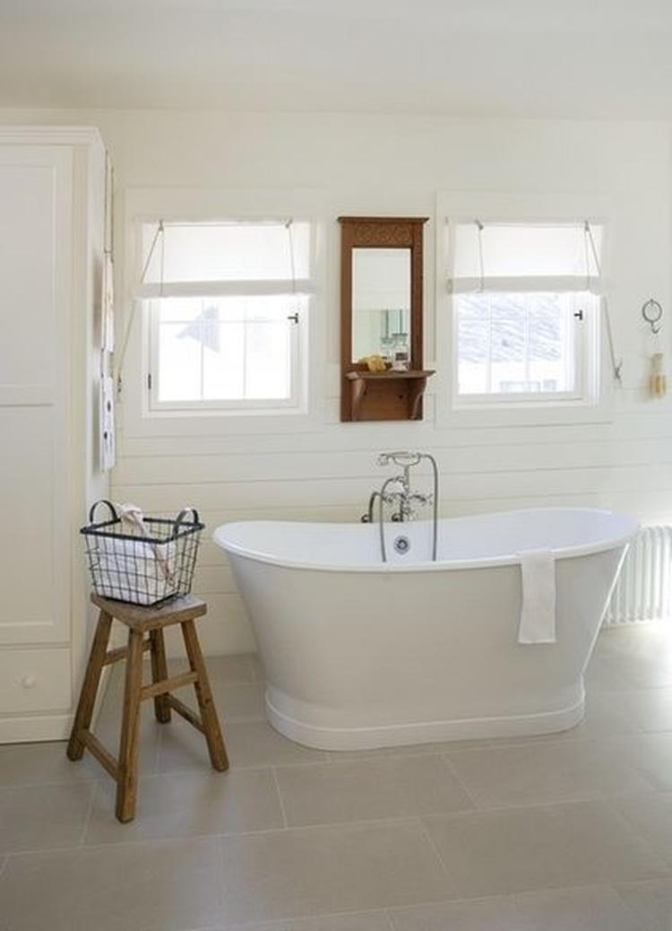 Lichte badkamer met wit houten wanden en vrijstaand bad.. Foto ...