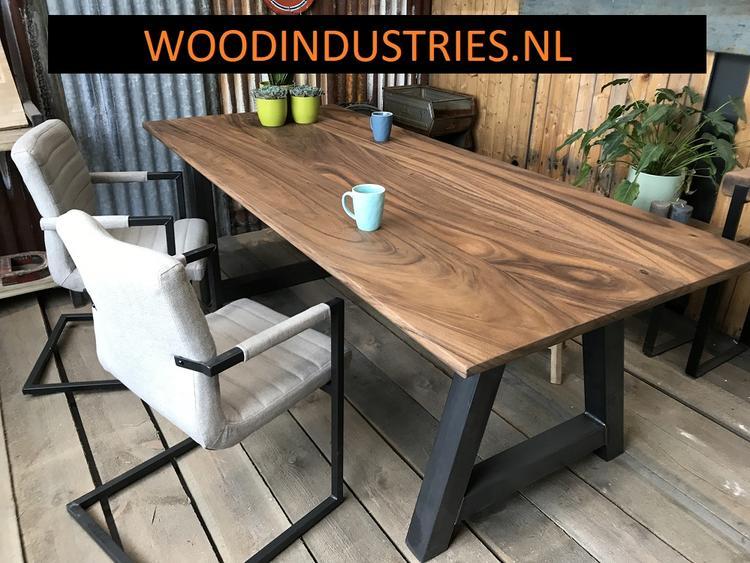 Unieke robuuste teak tafel naar eigen ontwerp van woodindustries