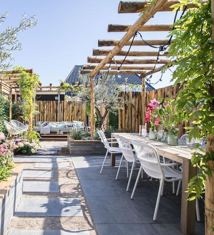 Eettafel Met 6 Witte Stoelen.Zomerse Vrolijke Diepe Tuin Met Prachtige Tuinmeubelen Een Lange