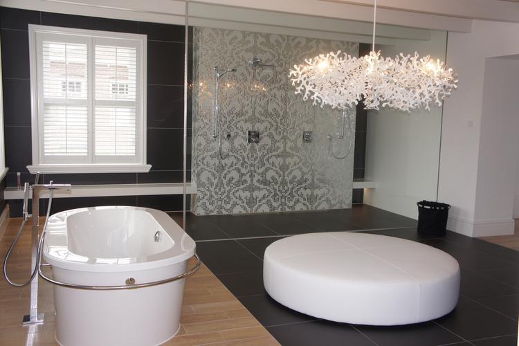 Combinatie hout en tegels in badkamer. in deze ruim opgezette