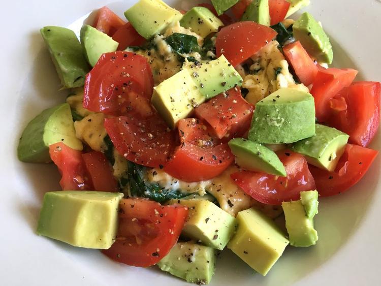 deze gezonde koolhydraatarme lunch met roerei, tomaten, spinazie en