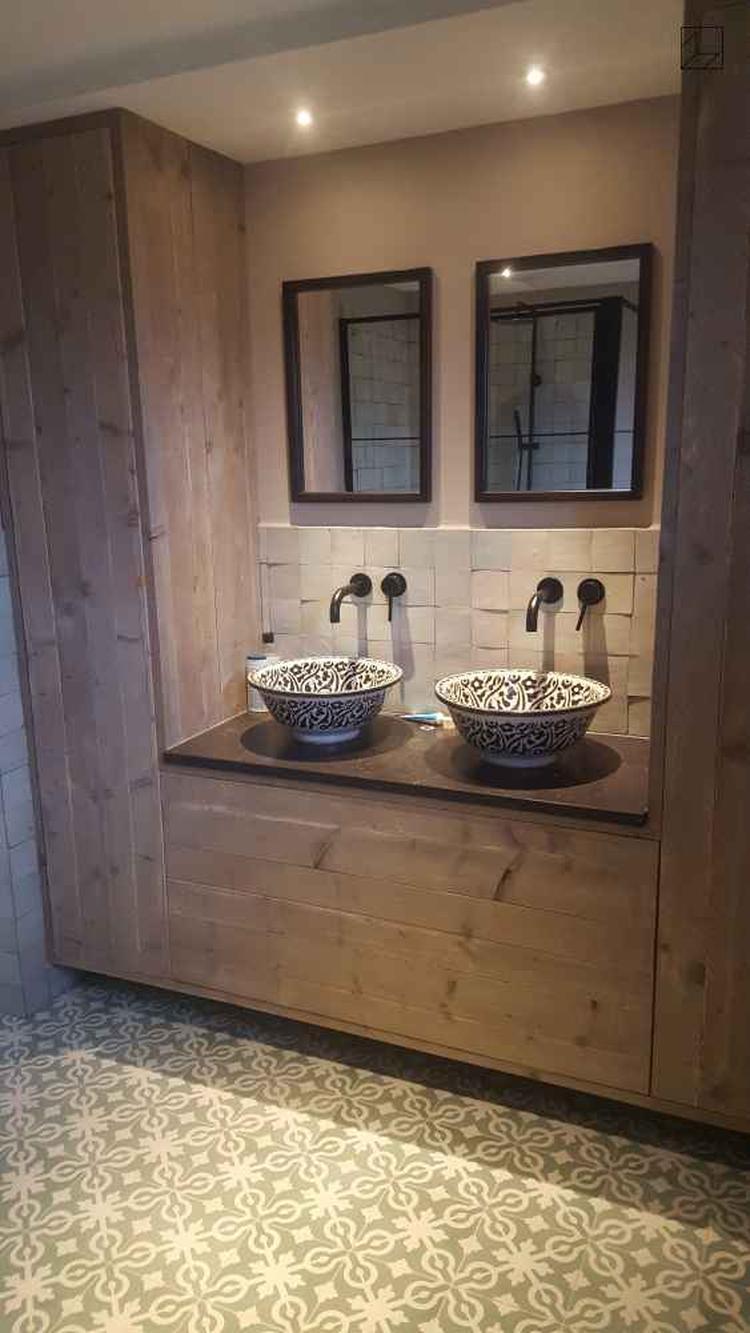 Wandmeubel Voor Badkamer.Badkamer Met Cementtegels Azule 09 Op De Vloer En In Het Houten