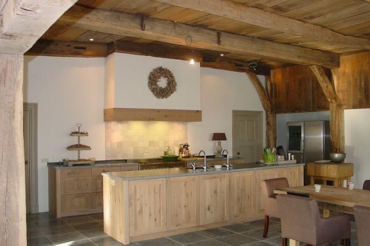 Landelijke keuken karakteristiek moderne keuken in een oude