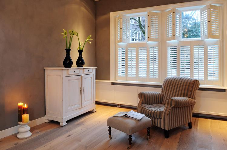 Shutters als raamdecoratie in de woonkamer. Deze mooie shutters zijn ...