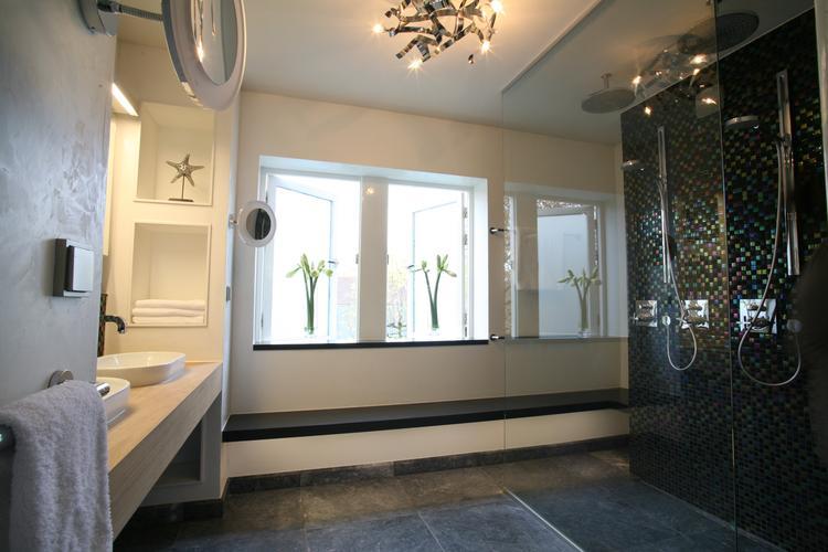 Sfeervolle badkamer met inloopdouche. Deze moderne badkamer heeft ...