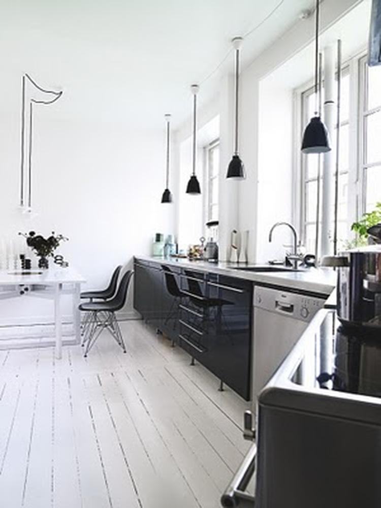 Lange stijlvolle keuken in zwart en rvs. . foto geplaatst door ...